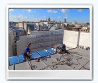 Baie vitrée avec vue sur les toits de Paris